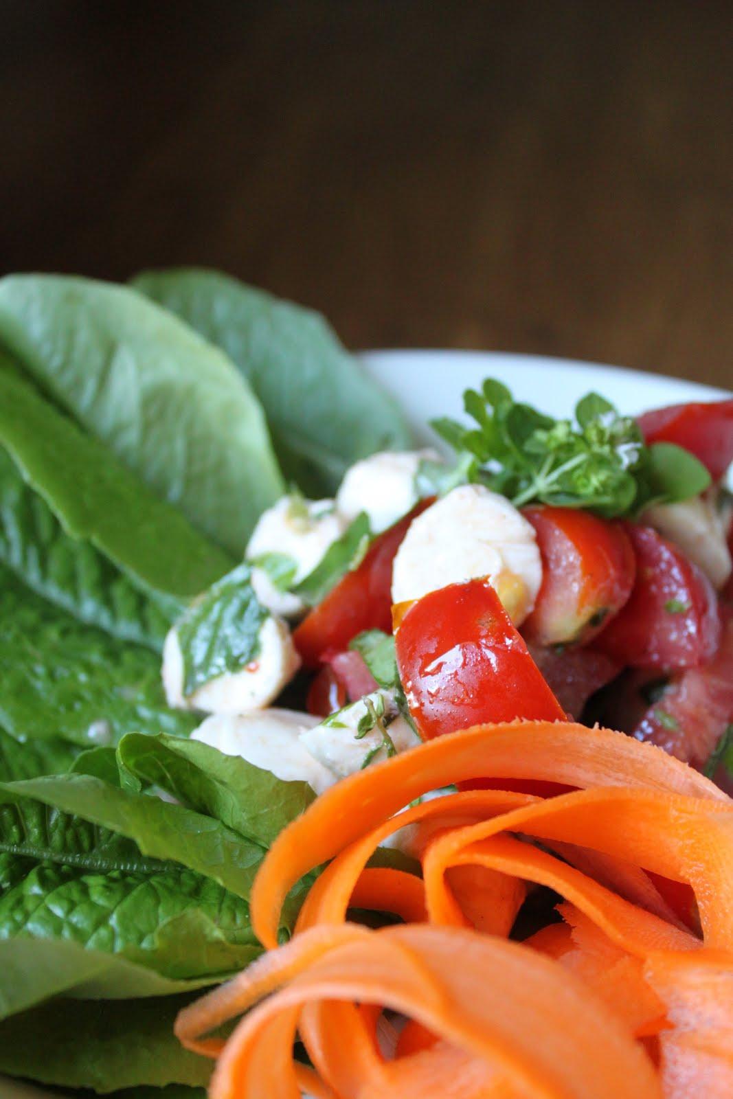 Yrttinen tomaatti-mozzarellasalaatti