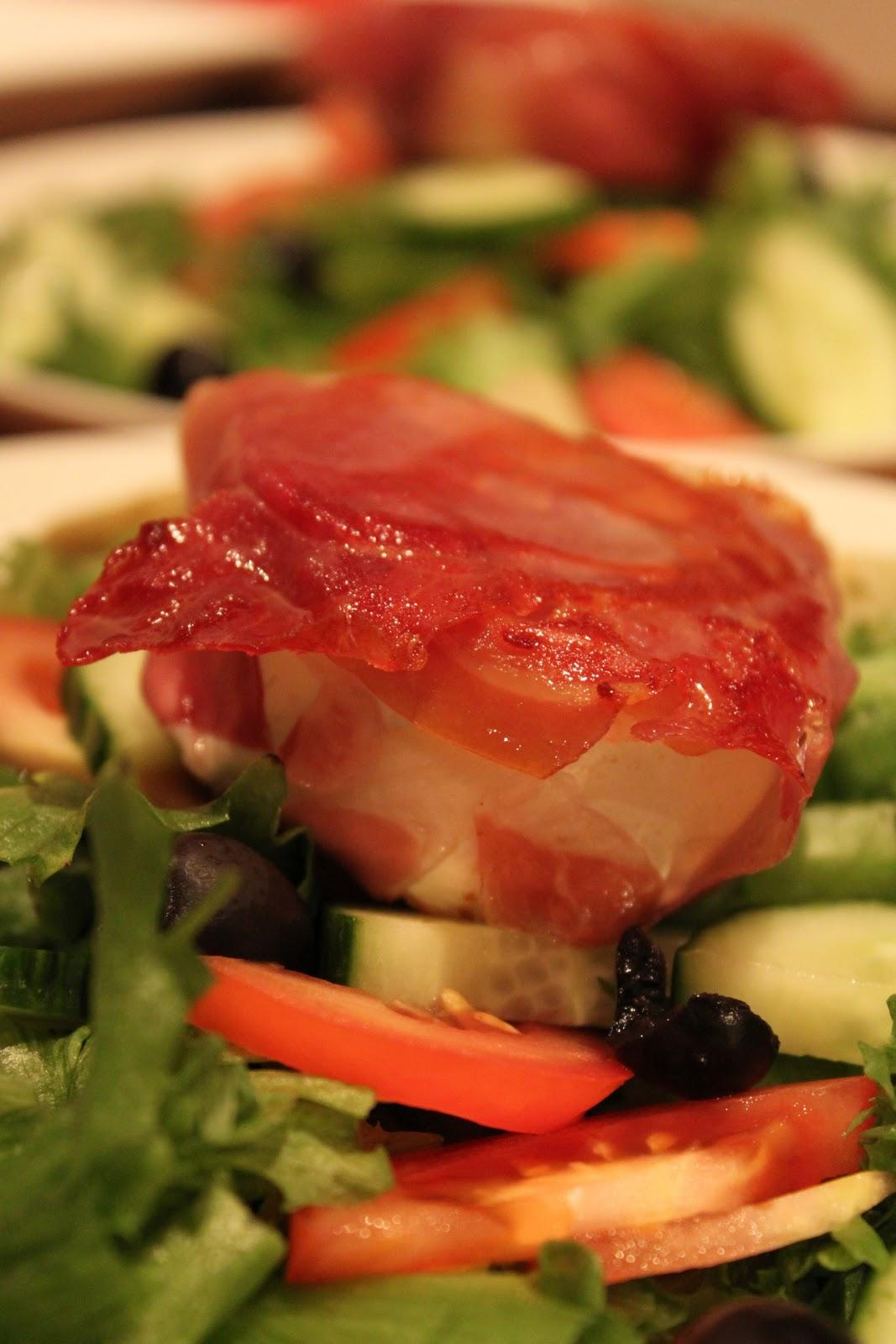 Kuivaan kinkkuun kietoutunut chevre salaattipedillä