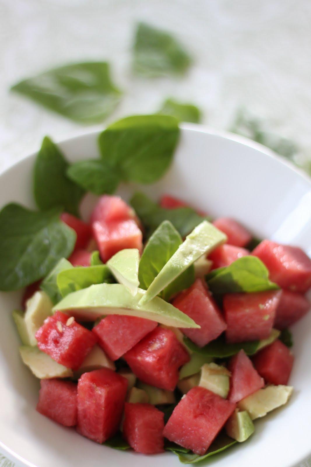 Pinaatti-avocadosalaatti melonilla