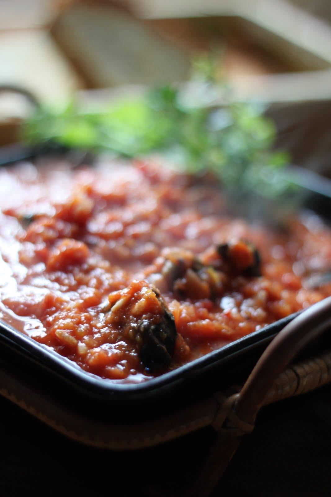Tomaatti-viinikastiketta ja etanoita