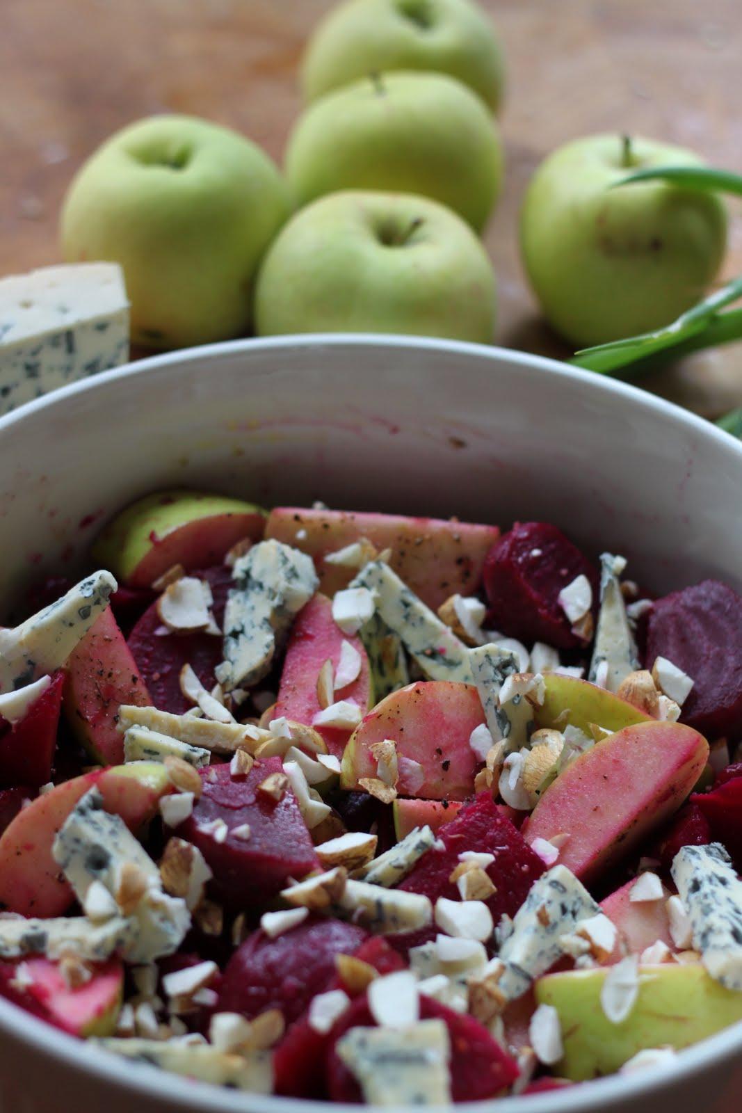 Omenainen punajuuripaistos homejuustolla