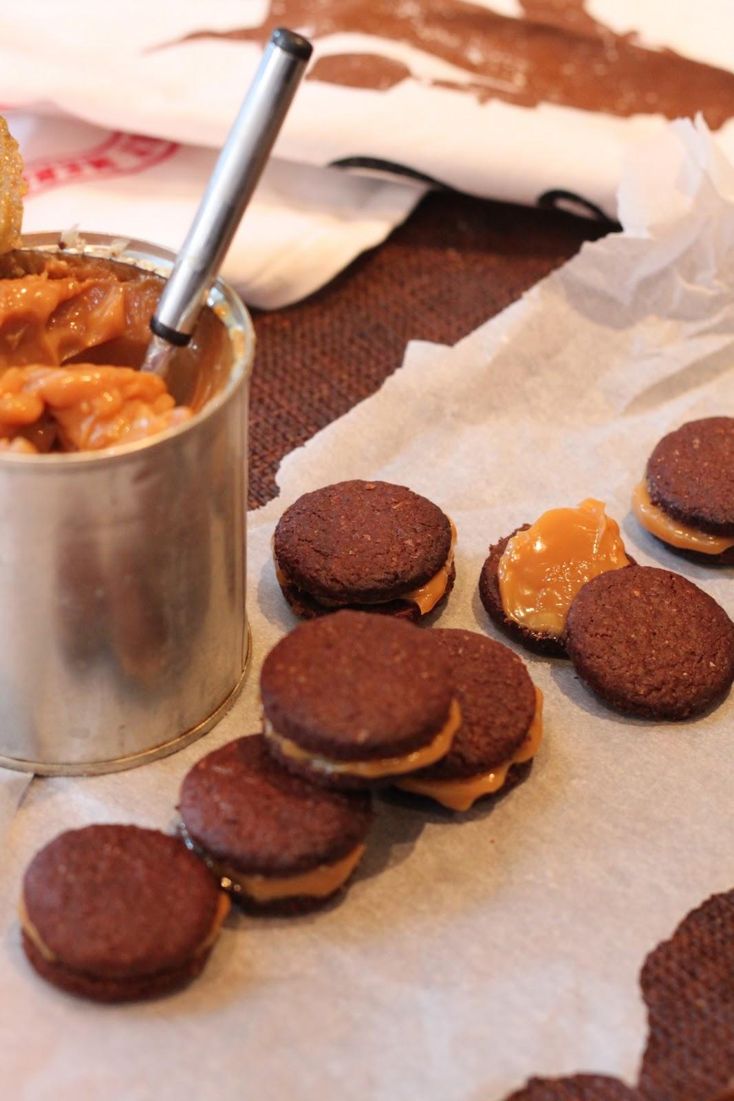 Suklaa-chilikeksit toffeetäytteellä