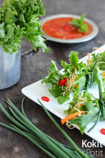 Salaattinyytit makealla chilikastikkeella