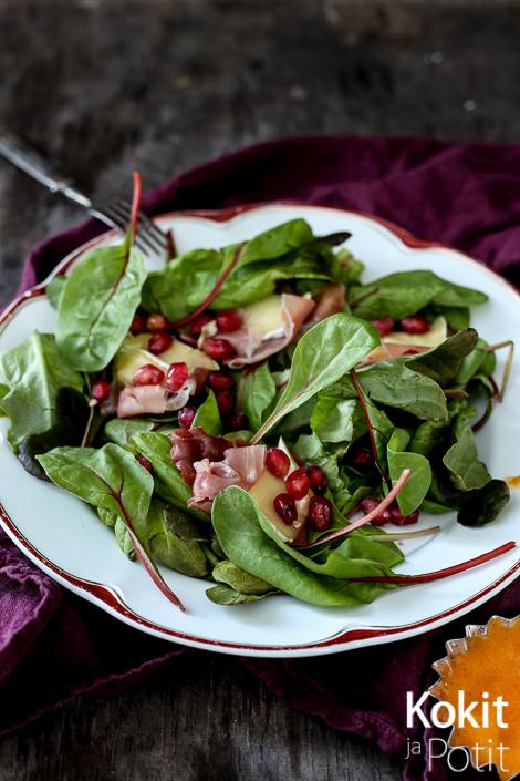 Kauden paras salaatti: Paistettua Brie-juustoa ja ilmakuivattua kinkkua, granaattiomenaa & persimonvinaigrettea