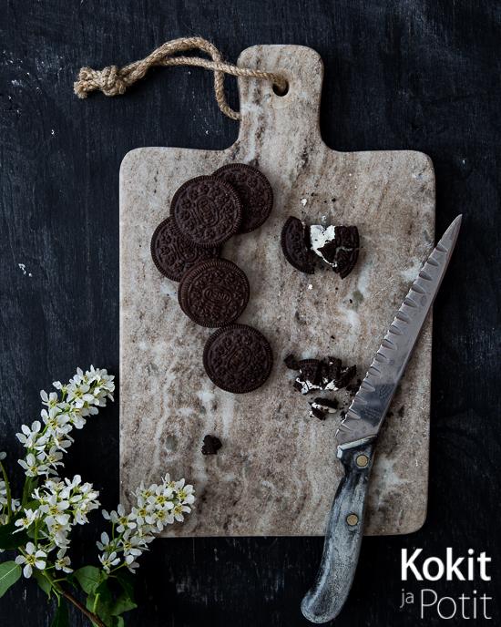 Oreo-keksejä osin murskattuina leikkuulaudalla