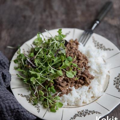 Nopea arkiruoka: Larb-salaatti riisillä