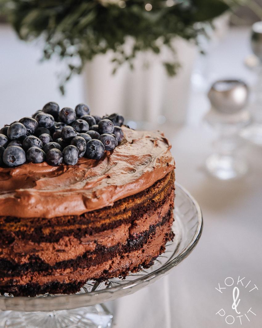 Suklaatäytekakku, jonka päällä on mustikoita