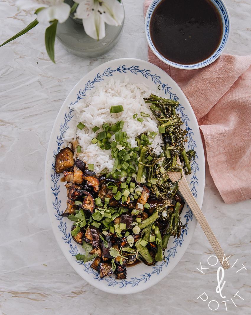 Soikealla vadilla riisiä sekä teriyakikastikkeessa olevaa paahdettua munakoisoa