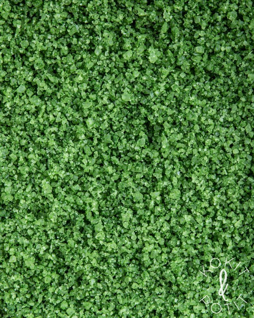 Lipstikkasuola, joka on kuin vihreäksi värjättyä karkeaa merisuolaa.
