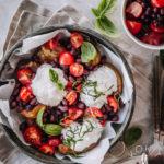 Uunivuoassa paahdettuja perunoita, papusalsaa ja päällä kekoja jogurttikastiketta ja yrttejä