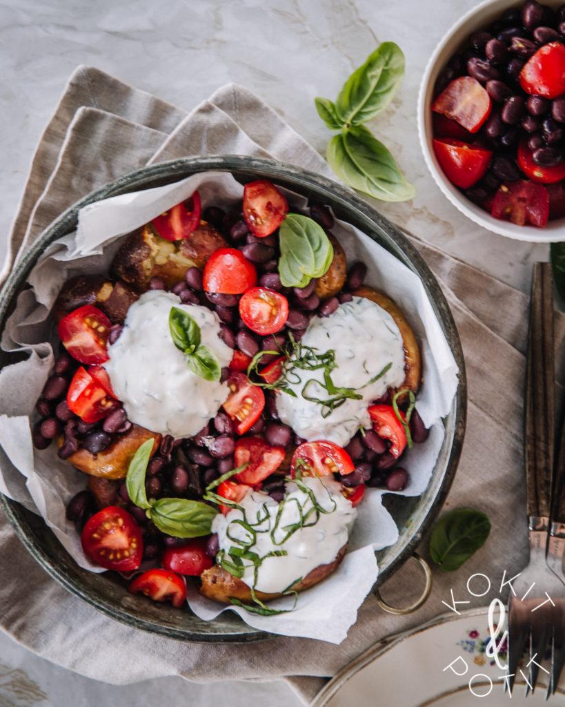 Paahdettujen perunoiden päällä on papu-tomaattisalsaa ja basilikaa