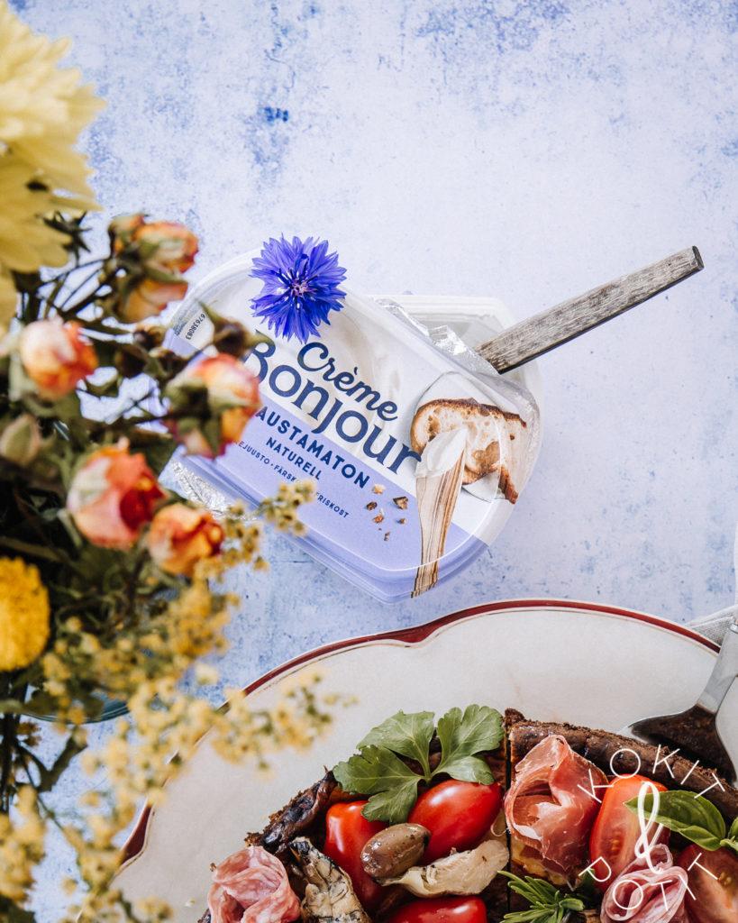 Suolainen juustokakku ja creme bonjour -tuorejuustopurkki