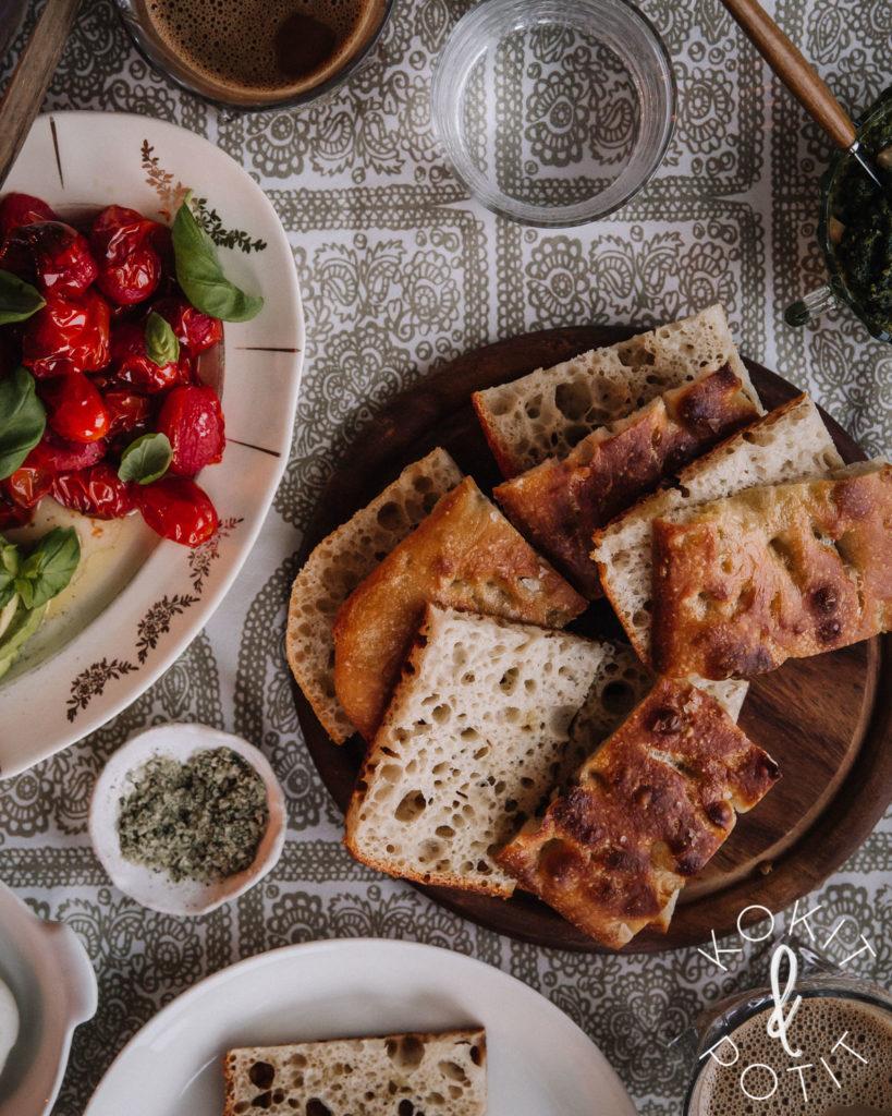 Hapanjuureen tehtyä focaccia-leipää halkaistuna.