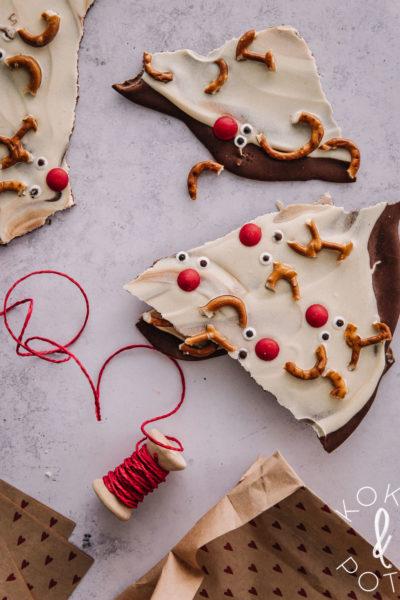Joulusuklaassa on maitosuklaata pohjalla, valkosuklaata päällä ja koristeena karkeista ja suolarinkeleistä tehtyjä poroja.