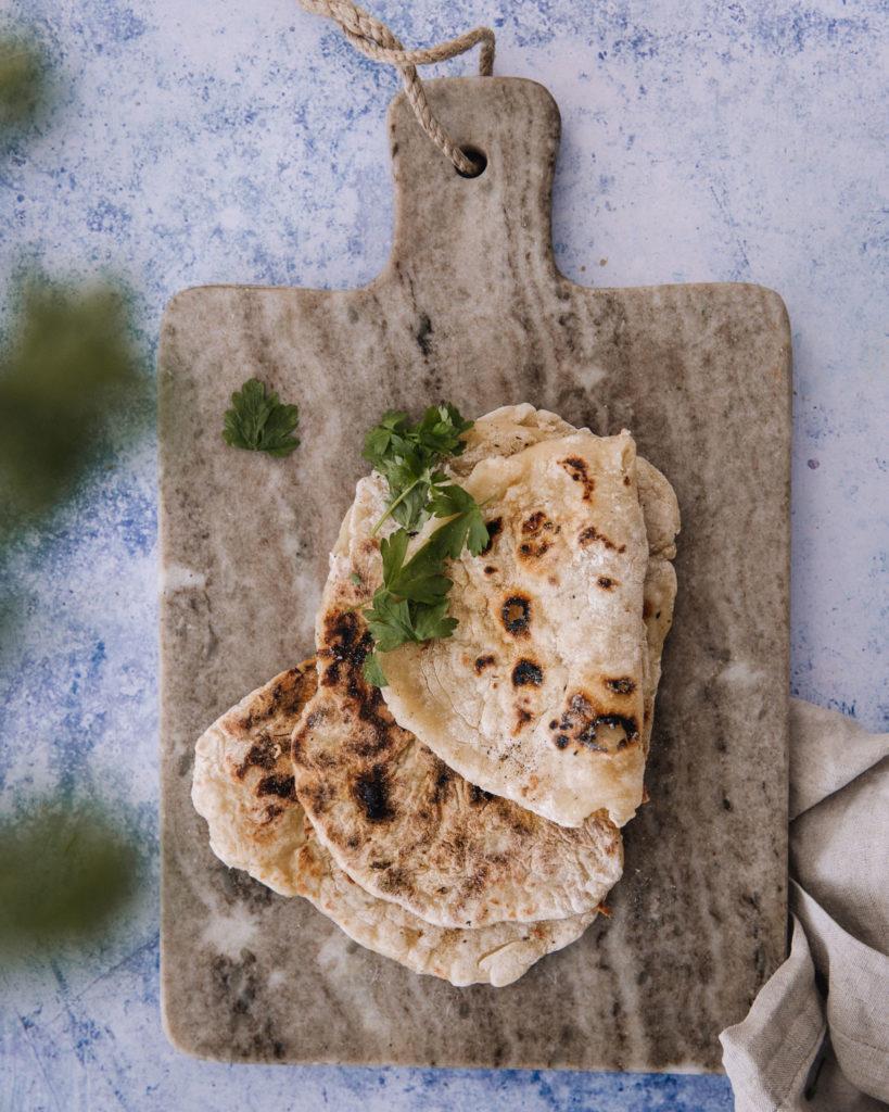 Jogurttileivät ovat ohuita leipiä, jotka valmistuvat kahdesta raaka-aineesta. päällimmäinen leipä on taitettu kahtia.