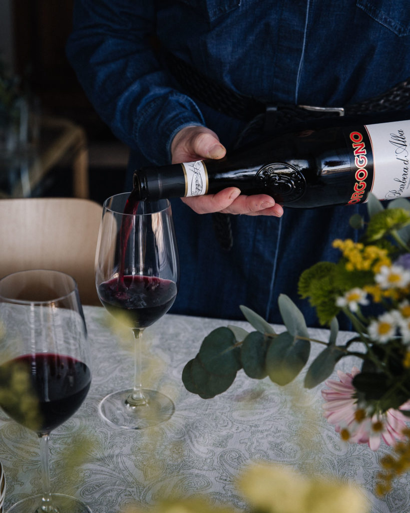 Borgogno Barbera d'Alba punaviini. Viiniä kaadetaan lasiin.