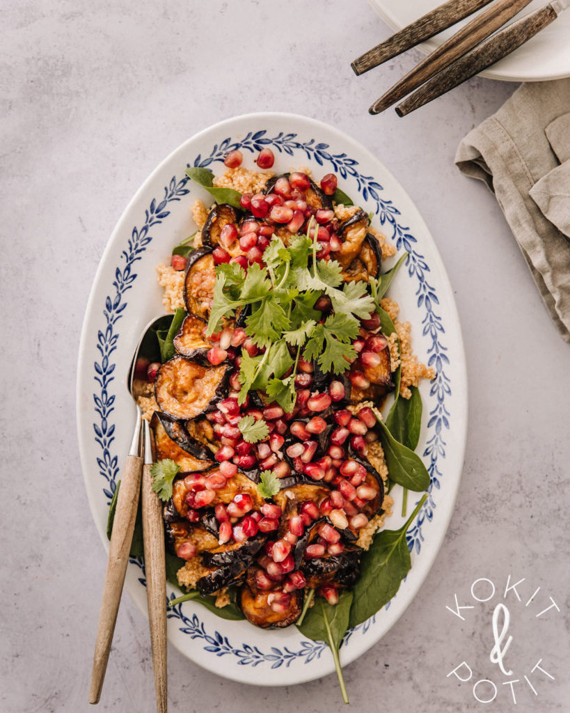 Munakoiso-kvinoasalaatti on valkoisella suurella lautasella, jossa on sininen kuvio reunassa.