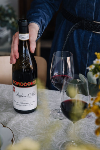 Italialainen punaviini on aika usein valintani, kun kaipaan syviä, suunmyötäisiä makuja ja toimivaa ruokaviiniä. Juuri sellainen viini on tämä kuukauden viiniksBorgogno Barbera d'Alba -viini on erinomainen punaviini.