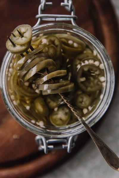 PIkkelöidyt jalapenot on lasipurkissa. Kuva on otettu ylhäältäpäin.