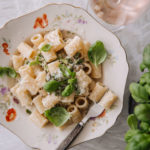 Sitruuna-parsapasta on raikas ja helppo. Pastan päällä on tuoretta basilikaa ja vegaanista parmesaania.